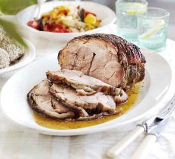 Slow-roast pork with apples and peppers